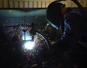 Svetsare. Mycket av svarvningen är i dag automatiserad. Svetsningen sköts dock manuellt, som här där Mikael Uhr svetsar samman delarna till en hydraulcylinder.