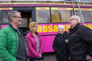 Hasse Frisholt och Birgitta Lidström är nyblivna pensionärer och besökte seniormässan för att få lite tip, Margit och Ants Vickerius har varit där tidigare. Ingen av dem hade dock tänkt att ta en resa med företaget Rosa bussarna.
