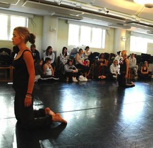 Möte. De svenska dansarna får titta på när fransmännen visar upp sig. Sedan blir rollerna ombytta. Foto:Karin Janson