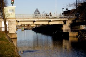 Båtfolket kan drabbas eftersom kanalbron är öppningsbar och kommer preliminärt att öppnas först den 5 juni nästa år.