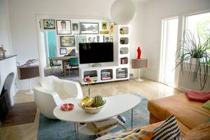 Vardagsrummet och matrummet flyter ihop men det har delats av på ett fiffigt sätt.