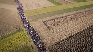 Människor på flykt som just korsat gränsen till Kroatien, vandrar genom sädesfält i Slovenien i oktober 2015. Flykt är temat för många uppsättningar på landets teatrar i höst.