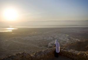 En ultraortodox jude på berget Masada under den religiösa rutualen Birkat hachama 2009. Birkat hachama är en solbön som bara utförs vart 28:e år.   Foto: Sebastian Scheiner/AP