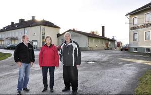 Grim Persson, Maud Persson och Sigurd Zakrisson framför anläggningen, som är gigantisk. Förutom vandrarhemsboende med 29 rum och 70 bäddar, så finns åtta fina hyreslägenheter.