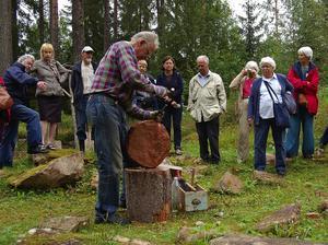 Stenhuggare. Bengt Gilliam visar deltagarna i Linnesällskapet hur ett slipstensämne ansas. Foto:Börje Lindh