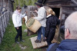 Kronprinsessan Victoria, fäbodbrukaren Anders Henningsson och prinsessan Madeleine gör sig redo att gå ut i hagen till kalvarna.
