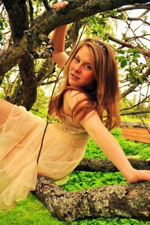 Emma Karlsson har flera kompisar som fotograferar och hon ställer gärna upp som modell för dem. Här är en bild med prinsesstema.Foto: Karin Karlsson