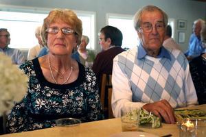 Astrid och Birger Lundestig från Mokorset trivdes efter middagen. – Det är jättegod mat och brukar alltid vara så trevligt här. Vi är med på nästan alla av Guldkantens aktiviteter, säger Astrid Lundestig.