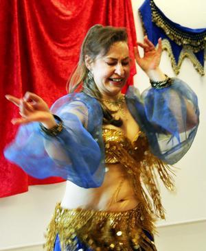 Till tonerna från orientalisk musik firades kvinnodagen på Timrå bibliotek. Dansade gjorde Annelie Lindeberg.