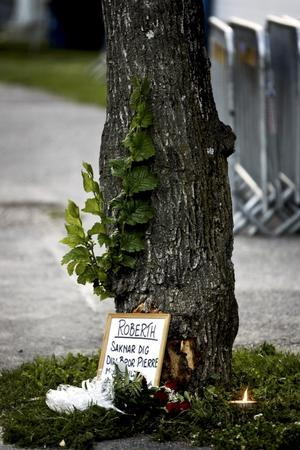 En man avled efter en mc-olycka på Kungsbäcksvägen i går morse. Blommor och ljus från familjen har ställts ut på olycksplatsen.