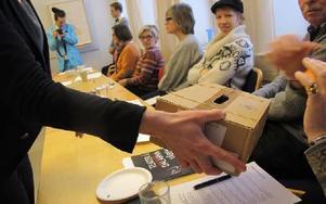 Omröstning med köpta andelar. Extrastämman videodokumenterades och kommer att visas under föreställningen. Foto: Ulf Lundén