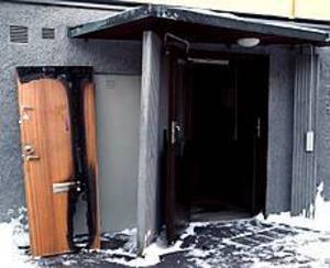 Foto: LEIF JÄDERBERG Mordbrand? Enligt polisen är det ingen tvekan om att branden i en lägenhetsdörr på Furumovägen i Stigslund i går eftermiddag var anlagd. Frågan är vem som tände på. Den 27-årige lägenhetsinnehavaren var inte hemma när branden började, och har ingen aning om varför någon satt eld på hans dörr.