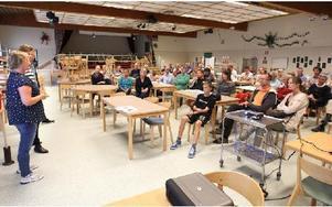 Runt 75 boende i Slätta och Varggården hade hörsammat kommunens inbjudan till samrådsmöte i Slättaskolan om kommunens planer på att utöka industriområdet på Ingarvet. Foto: Curt Kvicker