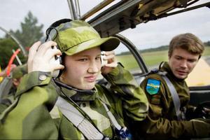 Gabriella Eskitzis provar interkom-lurarna och får en plats bredvid piloten Patrik Brorsson.
