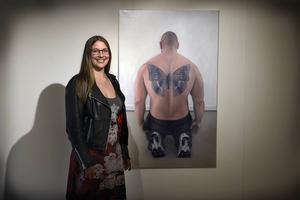 Anna Norvell börjar nästan alltid med att arbeta fram ett motiv i photoshop innan hon målar det. Illusion av form och känslan av det målade objektets närvaro finner hon viktigt.