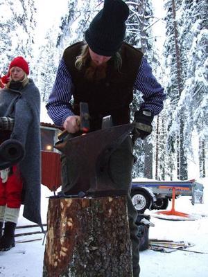 Marknadssmeden Jonas Öhlén hamrade till en del haspar, krokar och hovkratsar under luciamarknaden i Kälen.