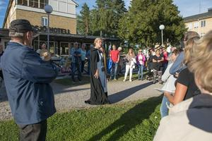 Under en dramatiserad visning får Sidsjöns sjukhus nytt liv. Tina Johansson från Sundsvalls museum iklär sig rollen som översjuksköterska i den klädsel som användes under tidigt 1940-tal.