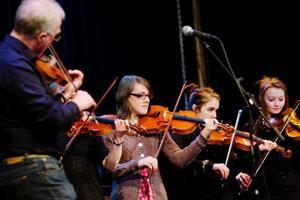 Publiken fick bland annat höra några folkmusiklåtar, här läraren Håkan Roos tillsammans med några av sina elever.