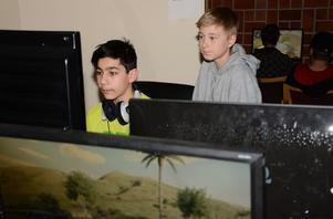 Kräver uppmärksamhet. Tävlandet roar Anton Khzouz, här tillsammans med Max Lundholm. Båda gillar datorspel och spenderar en hel del tid framför skärmar.