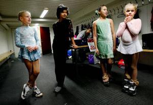 Elly Olsson, Tony Khwanma, LocYee Tang och Matilda Trense har åkt konståkning i några år. Nu tränar de fyra gånger i veckan.