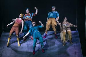 Cirkusartisterna gestaltar höstens möten med flyktingar i Botkyrka med sina kroppar.