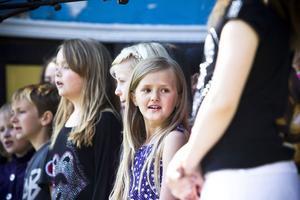 Många barn deltog i scenprogrammet på Barnens dag.