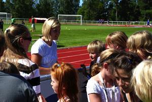 Autografjägare. Sanna Kallur fick träna hårt på sin signatur. Foto:Christian Larsen