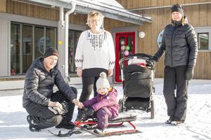 Erik Bäckström från Funäsdalen kom på det öppna huset med Elisabeth Larsson och barnbarnen från Vemdalen, Elisia och Filippa Eskilsson. I mitten biträdande förskolechef Annica Källgren.