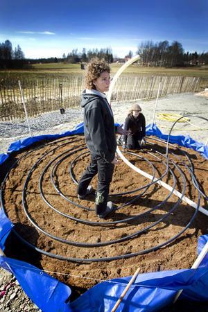 Malin Eriksson deltog själv i arbetet på ett mycket engagerat sätt. I bakgrunden lägger Caroline West ut lite av den 300 meter långa slangen.