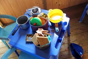Trädkojan har bord, stolar och köksutrustning.