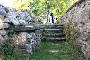 Nunnorna var kortklippta och bar traditionella nunneskruder. De sov i sina kläder, på halmsängar med halmtäcke och kudde.