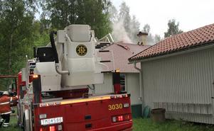 När blixten slog ned spred sig elden i isoleringen i taket.