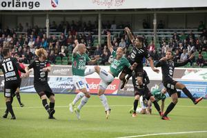 Ilir Berisha (till höger med armen uppe) debuterade för VSK borta mot IK Brage.