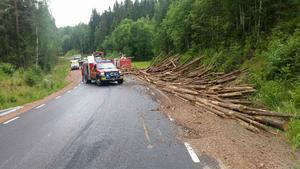 Timmer spreds längs länsväg 773 i Brännås, Bjuråker efter måndagens singelolycka.