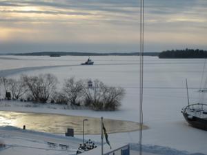 isbrytaren Bore har lämnat ett hål efter sig från sin angöringsplats vid östre hamnen och stävar vidare mot hamnen för att bistå infrusna fartyg
