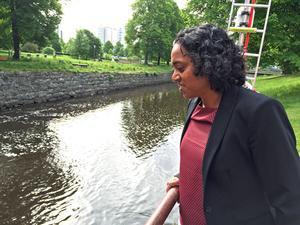 Oppositionsrådet Anna Hård af Segerstad vill att västeråsarna ska kunna bada i Svartån på sikt.