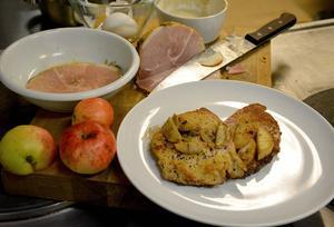 Av skinkan blir det fantastiskt goda schnitzlar, här med lite stekta äpplen som ett av tillbehören.