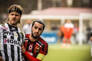 Brwa Nouri håller Andreas dahl i skjortan i lördagens match mellan ÖFK och Landskrona.