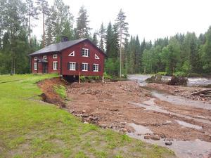Vattenmassorna har styrts bort från huset.