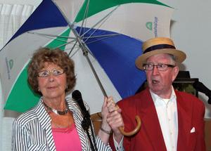 Sånger vi minns. Majvor och Snuffe Swedén sjöng och spexade när de framträdde i Älvkarleby.Text och foto: Nils-Olof Engberg