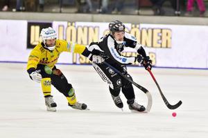 Robert Dammbro, bäst i Broberg, i kamp med Christoffer Edlund. SAIK-anfallaren gjorde viktiga 3–2 och 4–2 i matchen.