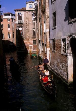 bortom de vanligaste turiststråken. Fridfulla kanaler finns det gott om  i Venedig.
