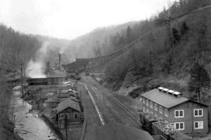 NYBYGGARSTAD. Staden Widen i West Virginia växte upp kring två kolgruvor och en järnvägsstation långt ute i ödemarken. Sitt namn fick den från en man från Gästrikland. Fotot är från 1925.