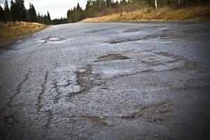 Under tjällossning har asfalten gett vika, flera år i rad.