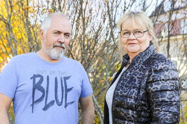 Kenneth Bergman och Eva Larsson från kommunens arbetsmarknadsenhet har jobbat med de nya bussturerna. Saknas på bild gör Johan Höglund som är den som lagt mest arbete på projektet.