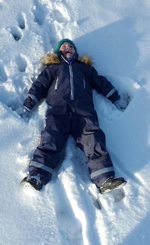 En liten kille som heter Pontus från Garphyttan som älskar snön.