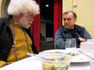 Tillbaka i Gasklockorna. Dramaturg Jan Mark och regissör Peter Oskarson mitt i arbetet med Folkteaterns föreställning Faust i Gasklockorna, efter en idé av Kurt Nylander. Premiär, i morgon fredag.