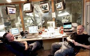 Graham Knight och Jan Karlsson vid Rullmaskin 20 är oroliga över om de ska få ytterligare arbetsuppgiften.-- Kvaliten blir sämre, säger Jan Karlsson.