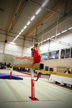 Akrobatisk gymnastik för tjejer består av fyra grenar: barr, hopp, bom och fristående.