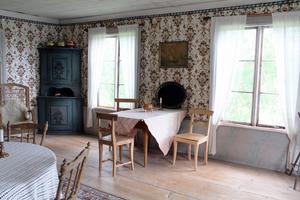Den södra sängstugan hos Jon-Lars är dekorerad med vackra franska tapeter med blank yta för att likna sidentapeter.